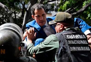 El momento en el que se impidió el paso del presidente encargado I Foto: EFE.