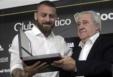 Daniele De Rossi recibiendo un reconocimiento del presidente de Boca, Jorge Ameal. Foto: AFP