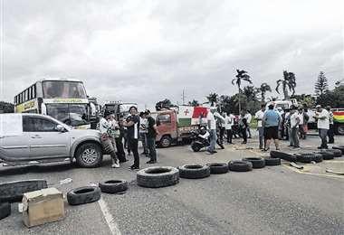 El bloqueo de la ruta a Montero protestando contra las autoridades. Foto: JUAN CARLOS FERNÁNDEZ