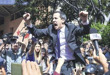 El líder opositor Juan Guaidó ayer en Caracas. Pidió movilizarse e ir el martes a la Asamblea Nacional. Foto: AFP