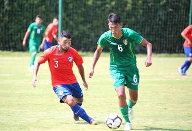 El boliviano Ronaldo Sánchez (6) es seguido por un rival este jueves en el amistoso ante Chile. Foto. Prensa FBF