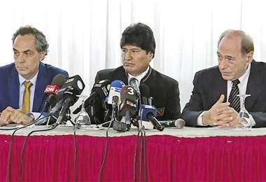 Unos 90 abogados internacionales se pronuncian a favor del criterio de los abogados del ex presidente. Foto: Infobae