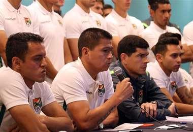 Saucedo conversando con los medios. Foto: Prensa FBF