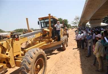 Costas inicia obras de acceso al puente en Fernández Alonso