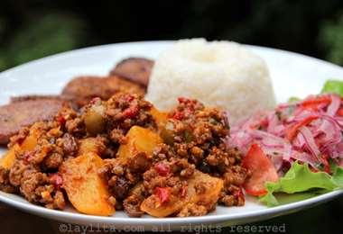 Tiene como ingredientes principales la carne, la papa, el arroz, el tomate y el pimentón