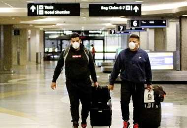 Dos pasajeros en el aeropuerto de Tampa. Foto Internet