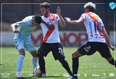 Arce y Saucedo en el duelo por la pelota durante el amistoso. Foto: Club Bolívar