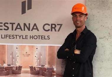 El jugador de la Juventus inauguró sus hoteles de lujo para jóvenes
