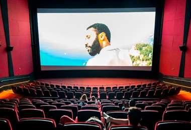 Las salas de cines en Nueva York y Los Ángeles se mantienen cerradas