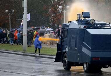 La Policía utiliza un camión para dispersar a la gente. Foto: AFP