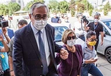 Mustafá Akinci asistiendo a votar este domingo. Foto: AFP