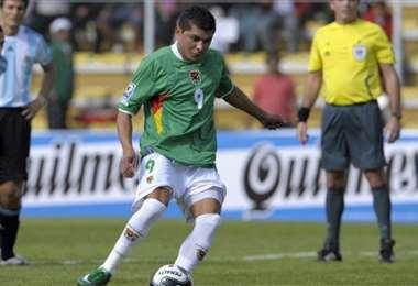 Con la casaca de la selección, al momento de anotar su primer gol ante Argentina.
