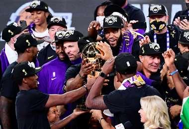 El festejo de los Lakers con el trofeo de campeón de la NBA 2020. Foto: AFP