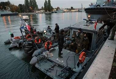 El equipo de buzos listo para la desactivación del artefacto. Foto AFP