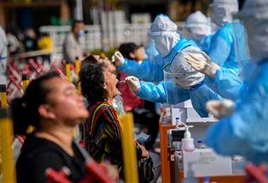 Tomando pruebas en la ciudad de Qingdao. Foto AFP