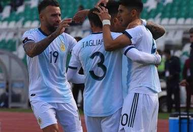 El festejo de los argentinos tras el segundo gol.