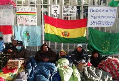 La huelga de hambre permanece en puertas del Ministerio de Economía.