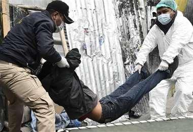 Levantan un cuerpo, cerca a la CNS de La Paz, con sospecha de tener el virus. Foto APG