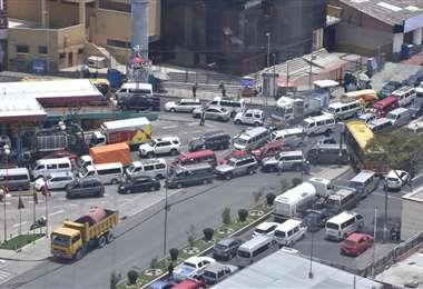 Desde temprano, en los surtidores de La Paz había largas filas/Foto: APG