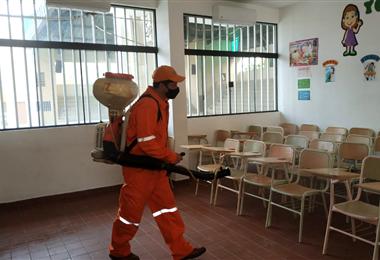 Personal de la Alcaldía fumiga los recintos electorales. Foto. Gobierno Municipal