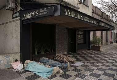 Durmiendo en una calle de Montevideo. Foto AFP