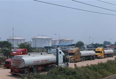 Decenas de cisternas esperaban en refinerías/Jorge Ibáñez