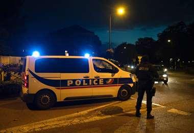 La policía francesa en el lugar donde fue muerto el atacante. Foto AFP
