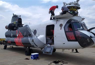 Inspeccionan el helicóptero Chinook en Viru Viru. Foto. Ministerio de Defensa