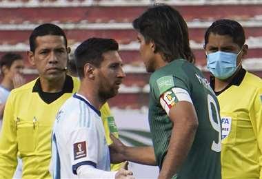 Messi y Martins en el saludo de los capitanes. Foto: AFP