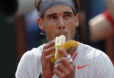 Rafael Nadal consume guineo, fruta que renueva sus energías