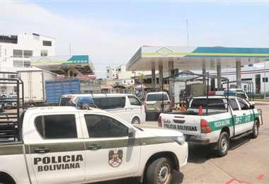 Vehículos se abastecen en un surtidor de la ciudad. Foto: Juan Carlos Torrejón