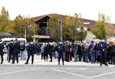 La gente se reúne frente a la escuela donde fue decapitado el profesor. Foto AFP