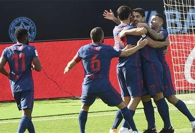 Luis Suárez festejando con sus compañeros. Foto: AFP