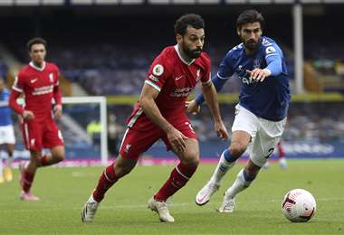 Mohamed Salah y André Gomes disputando el balón. Foto: AFP
