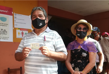 Alfredo Aguirre, primer votante en La Guardia. Foto. Guider Arancibia