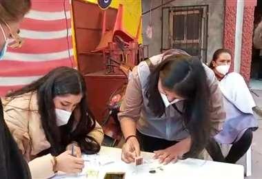Funcionarios del TDE de Chuquisaca emiten a mano certificados de no votantes