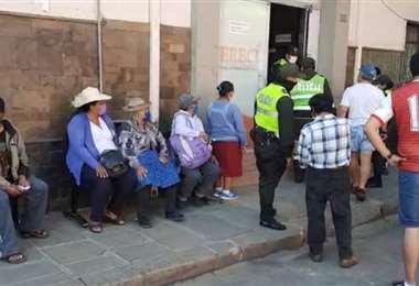 Ciudadanos aguardan atención en Sereci