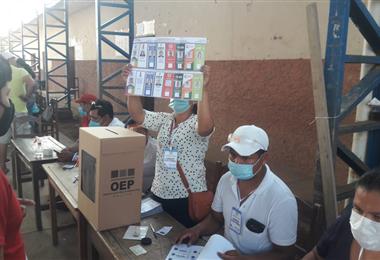 En Ascensión de Guarayos la gente acude a las urnas con barbijo