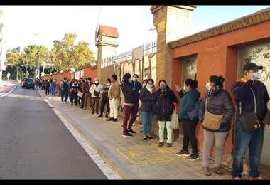 En Barcelona (España) los residentes hacen fila para sufragar/María Antonieta Corrales