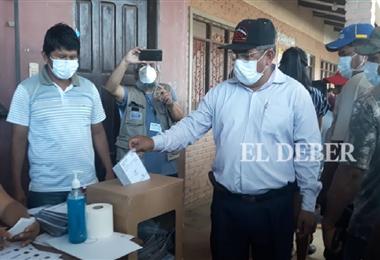 Gonzales, de España, saca la foto al alcalde de Yapacaní, Flores. Foto: Soledad Prado