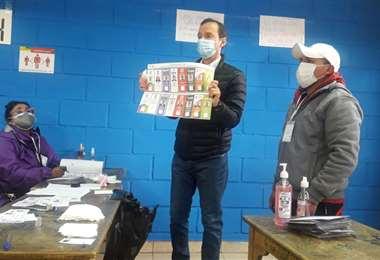Jorge Quiroga emitió su voto en La Paz.