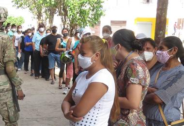 La gente en la fila sin guardar el distanciamiento social. Foto: Teófilo Baldiviezo