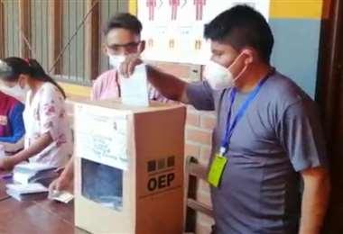 Leonardo Loza en el momento de emitir su voto