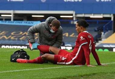 El holandés Virgil Van Dijk tiene problemas en el ligamento de su rodilla. Foto: Internet