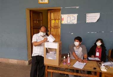 El monseñor Ricardo Centellas emite su voto. Foto: RRSS