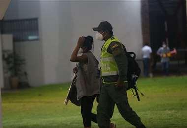 Policía resguardando las actas electorales