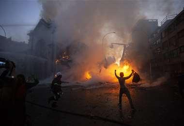 Los violentos arremetieron con todo. Foto AFP