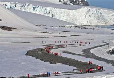 Turistas visitan la bahía de Yankee, en las islas Shetland del Sur. Foto AFP