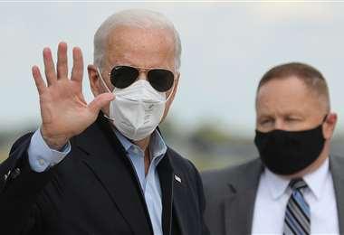 Biden en el aeropuerto de Michigan. Foto AFP
