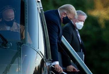 Trump baja del helicóptero en el centro médico Walter Reed. Foto AFP